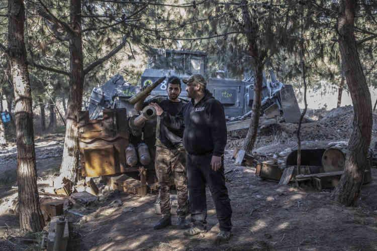 Parc Al Ghabat, Mossoul, le 20 janvier 2017 Les forces spéciales irakiennes déterrent des caches de munitions de l'Etat Islamique dans le parc Al Ghabat, proche du fleuve tigre, où étaient installées des positions d'armes anti-aériennes. Des éléments de Isof 1 près d'un canon de 30 mm de l'EI. Photo Laurent Van der Stockt pour Le Monde