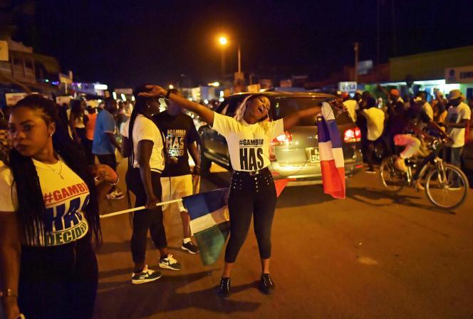 Des célébrations ont éclaté dans les rues de Banjul, samedi 21 janvier.