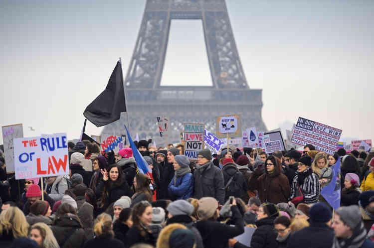 Près de 7000 personnes se sont rassemblées à Paris pour dénoncer l'arrivée au pouvoir du nouveau président des États-Unis, perçue comme une menace pour les droits des femmes.