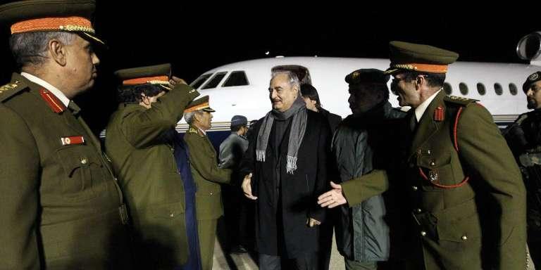 Le général Khalifa Haftar de retour de Moscou, à Tobrouk, le 3 décembre 2016.