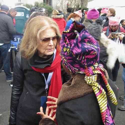 Angélique Kidjo en compagnie de la féministe, journaliste et promotrice des droits des femmesGloria Steinem.