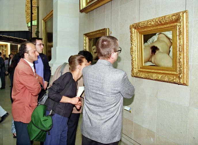 Des visiteurs regardent