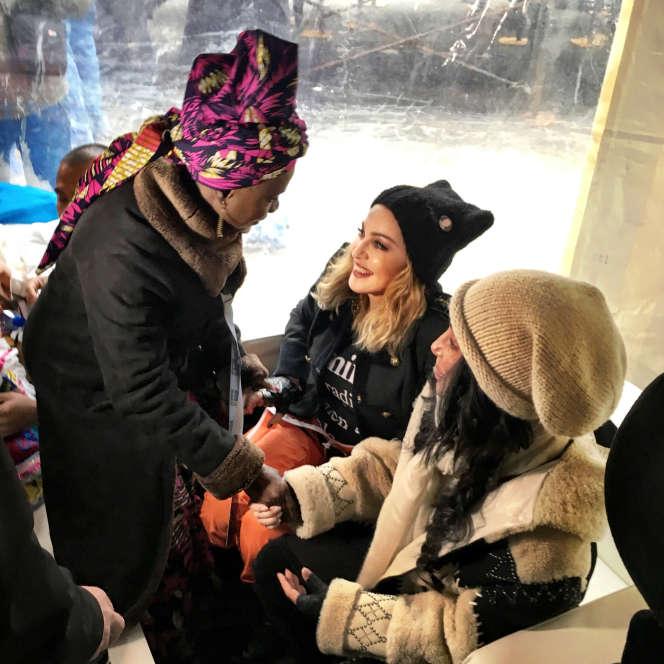 Angélique Kidjo avec les artistes Madonna et Cher.