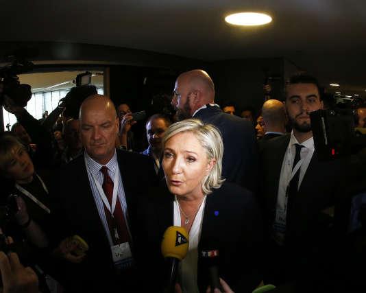 Marine Le Pen répond aux questions des journalistes à Coblence, le 21 janvier.