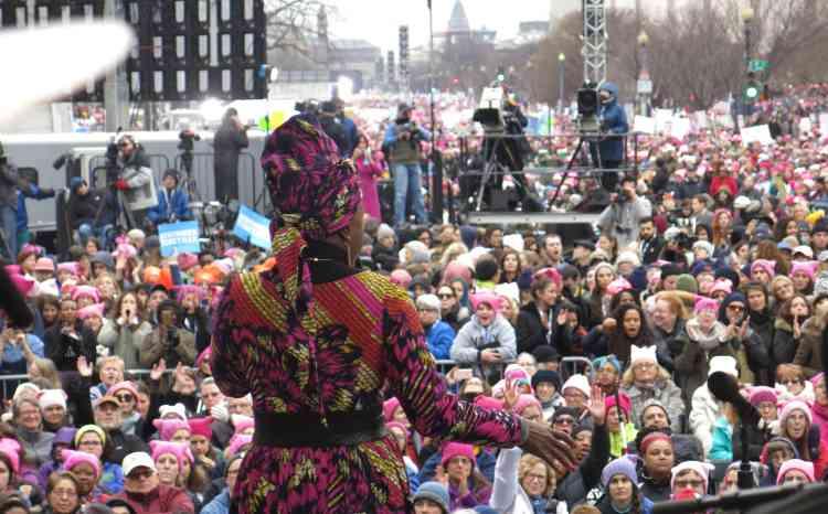 Angélique Kidjo chante devant500000 personnes venues participer à la Women's March, samedi 21janvier, à Washington.