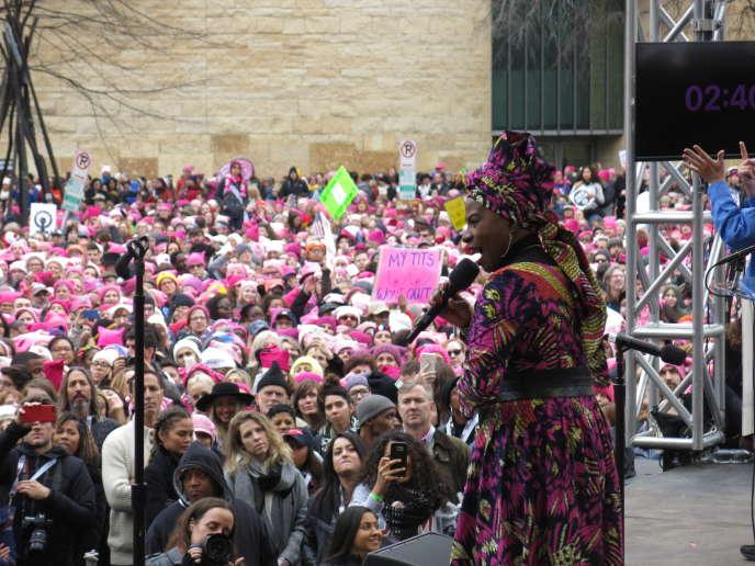 Angélique Kidjo,samedi 21 janvier, à Washington, où plus de 500 000 personnes participent à la Women's March, dont un bon nombre de femmes coiffées d'un bonnet rose, en réaction de l'investiture de Donald Trump, la veille.