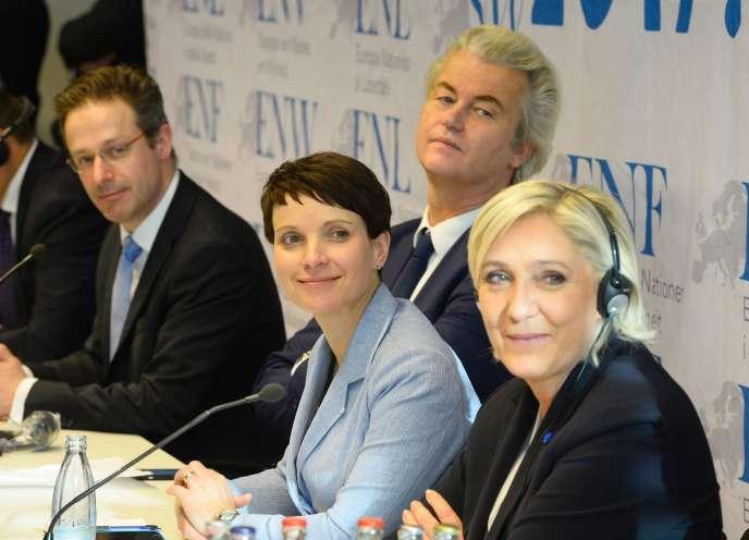 La dirigeante d'Alternative pour l'Allemagne, Frauke Petry, entourée du Néerlandais Geert Wilders, du Parti pour la liberté, et de la Française Marine LePen, du Front national, lors d'une réunion organiséeà Coblence (Rhénanie-Palatinat), le 21 janvier.