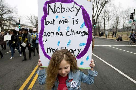 Des centaines de milliers de manifestantes et manifestants défilent sur Pennsylvania Avenue, à Washington D.C, le samedi 21 janvier.