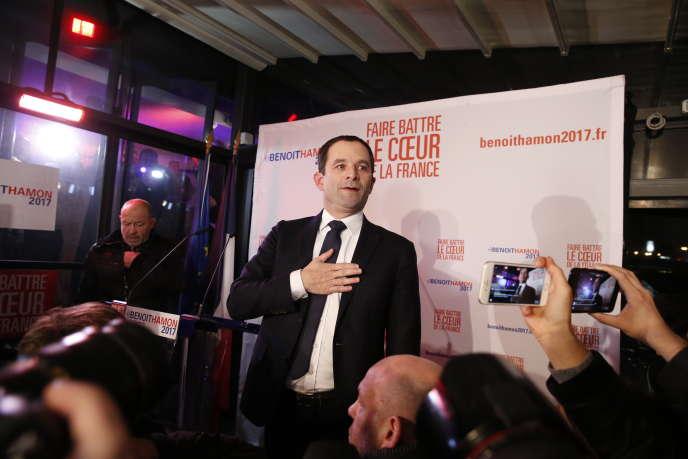 Benoît Hamon, lors de son discours prononcé sur la péniche Le Quai, à Paris, dans la soirée du 22 janvier.