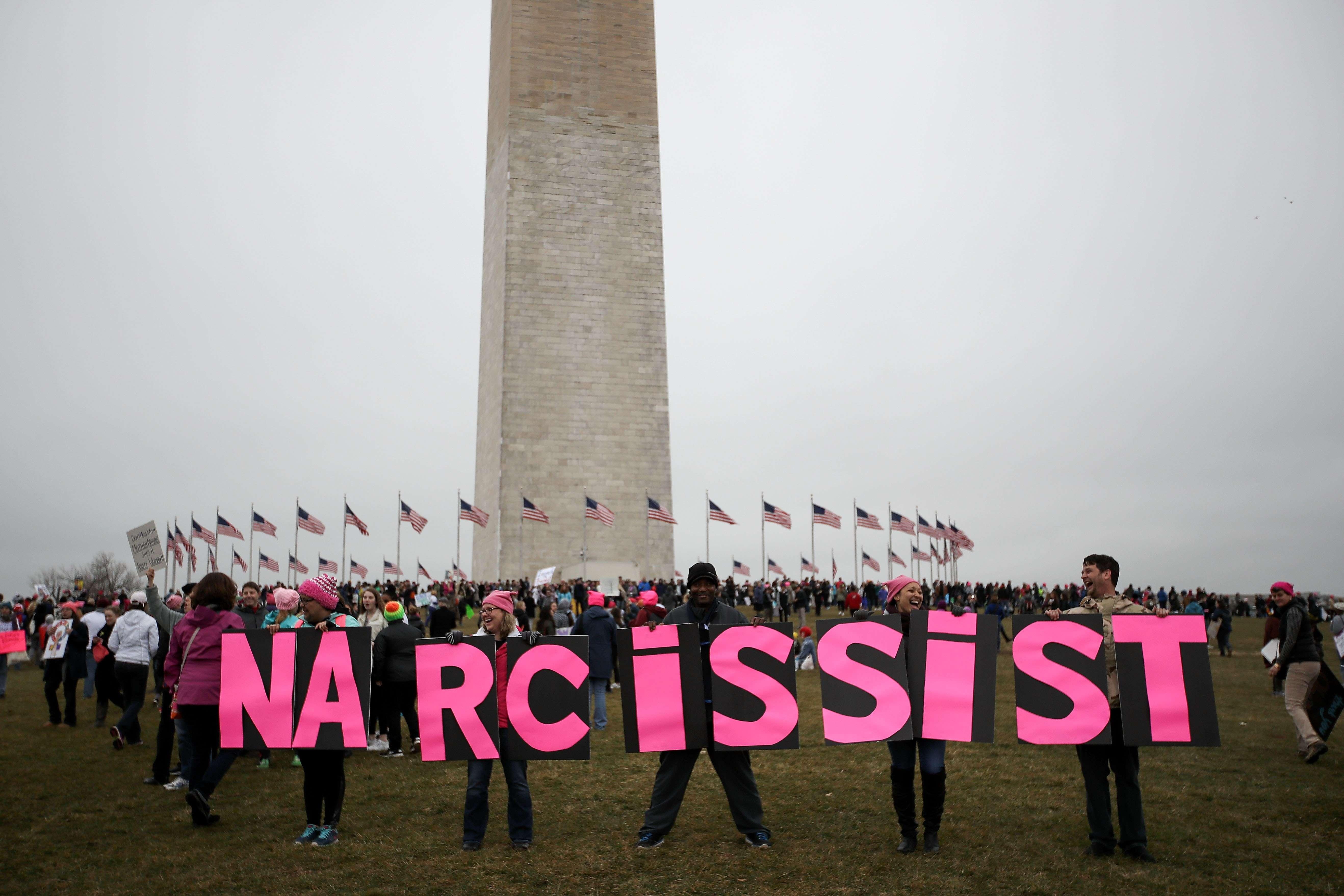 Autour du monument érigé en hommage à George Washington, le premier président des Etats-Unis, des manifestants s'opposent à son 45e successeur, Donald J. Trump.