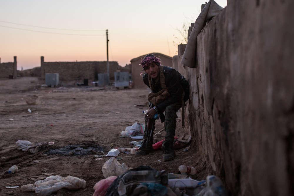 Sur la ligne de front de la bataille pour la libération du village Khoubairat, aux mains de l'organisation Etat islamique (EI).