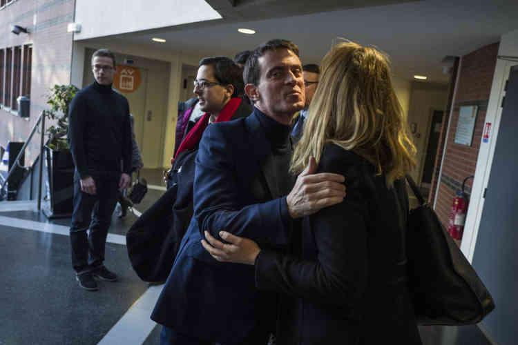 L'ancien premier ministre, Manuel Valls, à son arrivée dans le bureau de vote de la mairie d'Evry, le 22 janvier.« Il faut que les Français, les électeurs, aillent voter, là maintenant », a déclaré Manuel Valls, après avoir voté. Il s'est dit « serein et confiant ». « Les dés sont jetés », a-t-il ajouté.