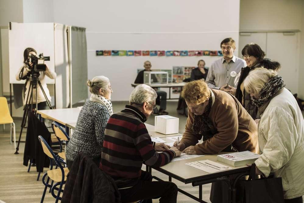 Dans le bureau de vote de Montret, en Saône-et-Loire, le 22 janvier. C'est là que vient voter Arnaud Montebourg.