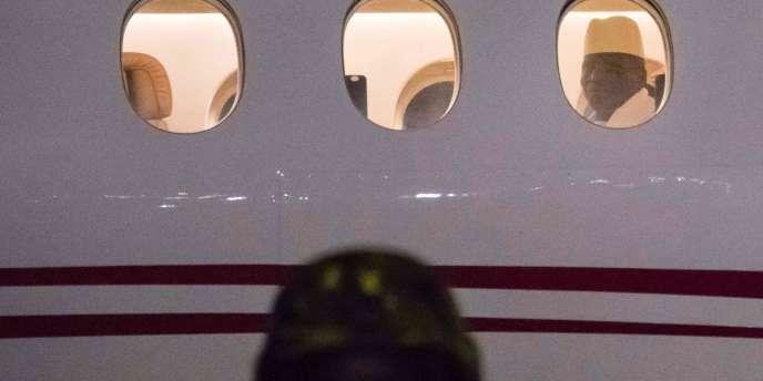 L'ancien président de Gambie, Yahya Jammeh, quittant Banjul le 21 janvier 2017 pour un exil en Guinée équatoriale.