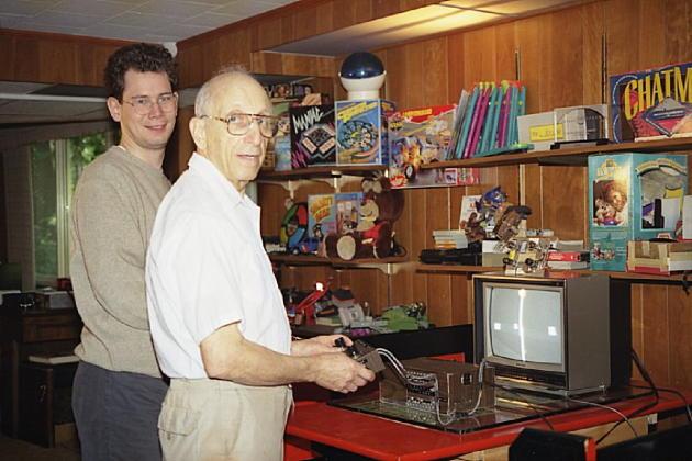 David Winter (à gauche) et Ralph Baer (au centre) jouent à la Brown Box, premier prototype de console de jeu vidéo moderne (1966-1969), en 2001.