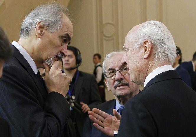 Le pouvoir syrien est représenté à Astana par son ambassadeur à l'ONU, Bachar Al-Jaafari (à gauche), ci-dessus en discussion avec Staffan de Mistura, l'envoyé spécial de l'ONU sur la Syrie, à Astana le 23 janvier.