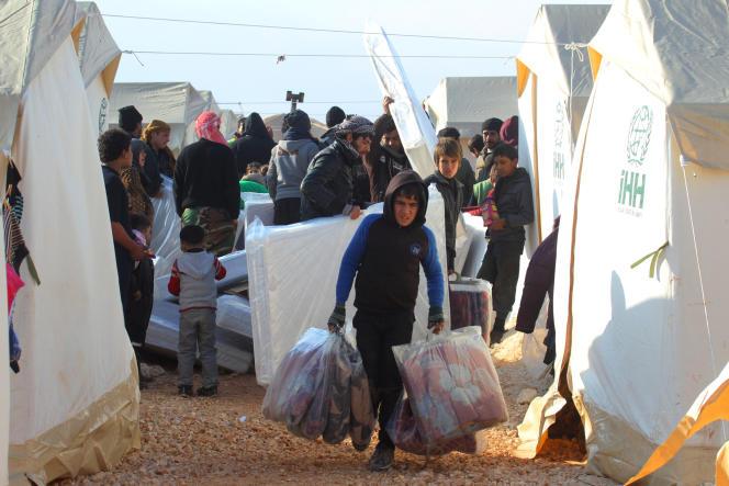 Syriens évacués d'Alep dans le camp de réfugié Al-Kamouneh d'Idlib (Syrie), le 29 décembre 2016.