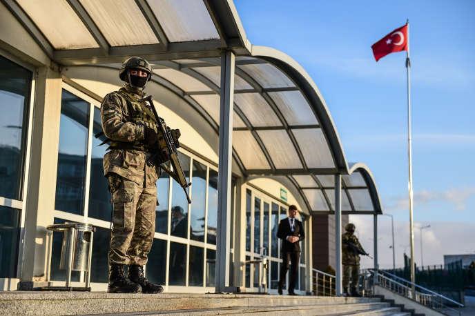 Les forces spéciales turques montent la garde devant le tribunalen face de la prison de Silivri, près d'Istanbul, où les militaires sont jugés, lundi 23 janvier 2017.