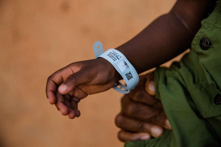 Un bracelet de naissance servant à recenser les nouveau-nés au Burkina Faso, lié à l'application ICivil.