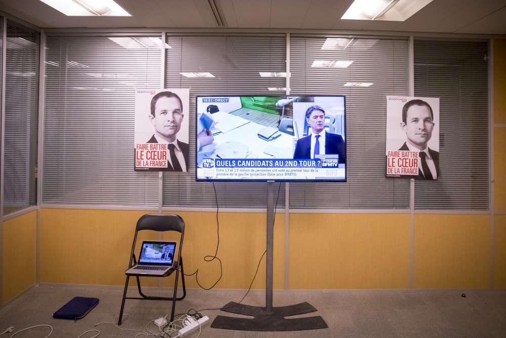 Tour Montparnasse, dans les locaux de campagne de Benoît Hamon, les chaînes d'information en continu sont incontournables.