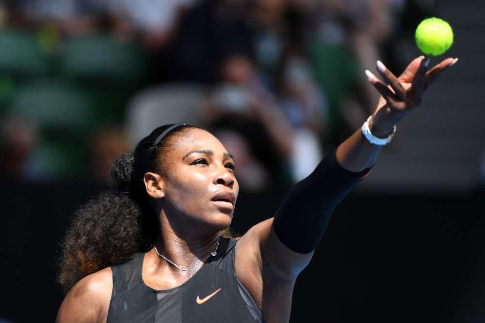 Sans briller, Serena Williams (2e mondiale) poursuit sa route à l'Open d'Australie. En huitièmes, l'Américaine a battu la Tchèque Barbora Strycova (16e mondiale) en deux sets : 7-5, 6-4. Elle affrontera en quarts la Britannique Johanna Konta (9e mondiale), titrée à Sydney en ouverture de la saison et qui a remporté son duel contre la Russe Ekaterina Makarova (34e mondiale).Après la défaite, dimanche, de la numéro une mondiale, Angelique Kerber, la cadette des Williams peut retrouver le sommet de la hiérarchie féminine si elle remporte le tournoi.