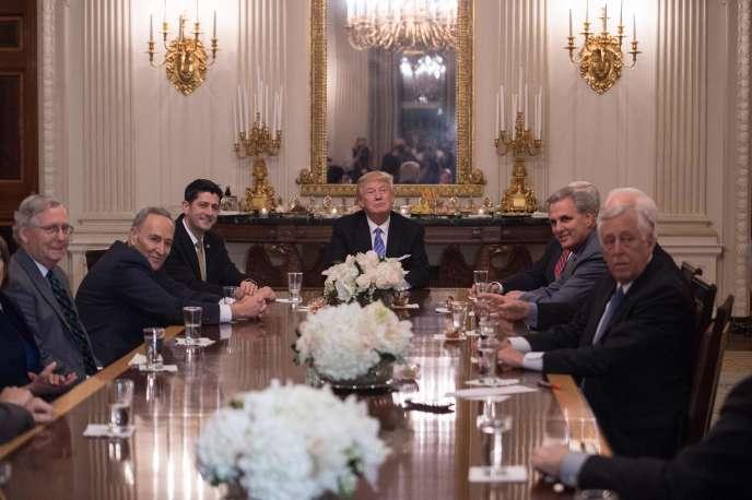 Donald Trump entouré des principaux dirigeants du Congrès à la Maison Blanche, lundi 23janvier. (De gauche à droite: Mitch McConnell, chef de la majorité républicaine du Sénat, Chuck Schumer, chef des démocrates au Sénat, Paul Ryan, président de la Chambre des représentants, Kevin McCarthy, chef de la majorité républicaine à la Chambre des représentants, et Steny Hoyer, chef des démocrates à la Chambre des représentants.)