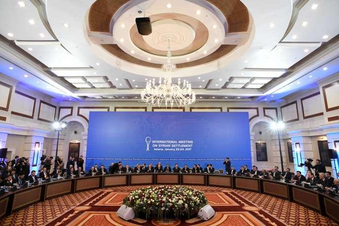 Délégation des rebelles et délégation du régime d'Al-Assad face à face lors de la cérémonie d'ouverture, le 23 janvier.