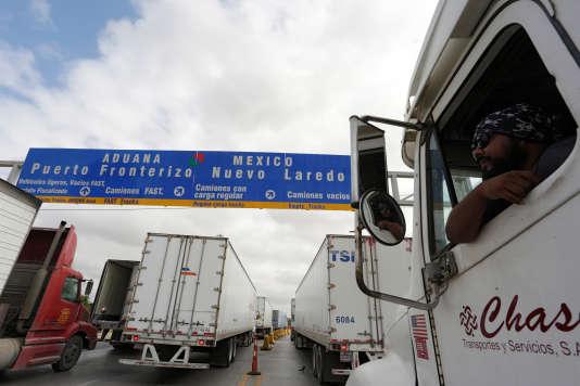 Des camions attendent de traverser la frontière américaine à Nuevo Laredo, Mexique, le 2 novembre 2016.