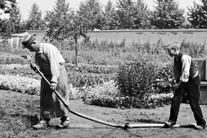 Extrait de « L'Arroseur arrosé», tourné dans le jardin des Lumière avec la complicité d'un enfant de la famille et du jardinier.
