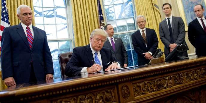 Le président Donald Trump signe le décret sur la «politique de Mexico», à Washington, le 23 janvier 2017.