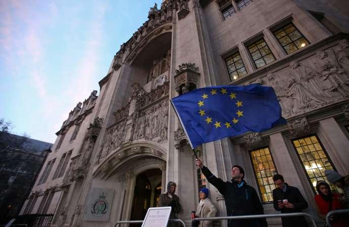Le drapeau européen brandi devant la Cour suprême de Londres.