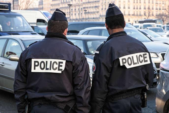 Deux policiers à Paris, le 23 janvier.