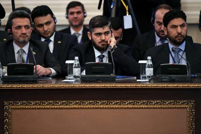 Mohammed Allouche (au centre), le chef de la délégation des rebelles syriens, à Astana, le 23 janvier.