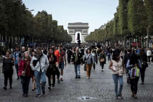 Des piétons sur les Champs-Elysées, lors d'une journée sans voiture à Paris, le 25 septembre 2016.