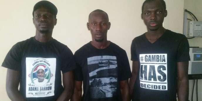 Le Gambien Tijan Barrow au milieu de ses deux employés après leur libération, le samedi 21 janvier.