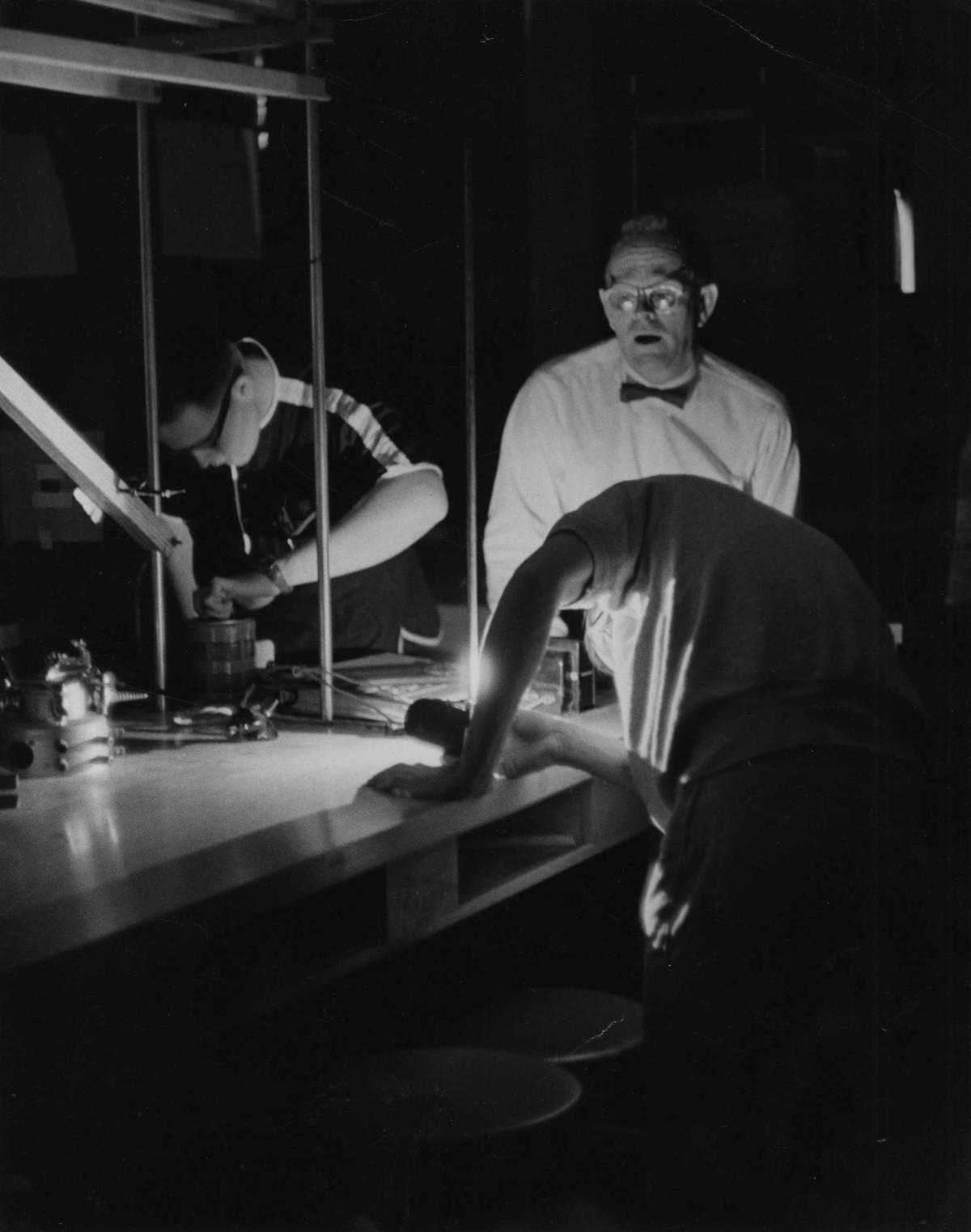 Thomas T. Goldsmith, lors d'une expérience de physique, dans les années 1960.