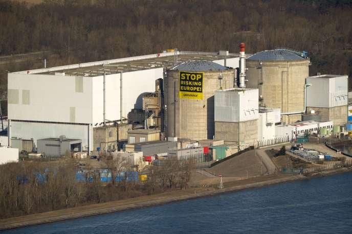 «Tout candidat à la présidentielle devrait motiver ses propositions sur l'articulation énergie-climat». (Photo : la centrale nucléaire de Fessenheim, le 18 mars 2014, alors que des militants de Greenpeace viennent de déployer une banderole « Stop risking Europe»sur un réacteur).