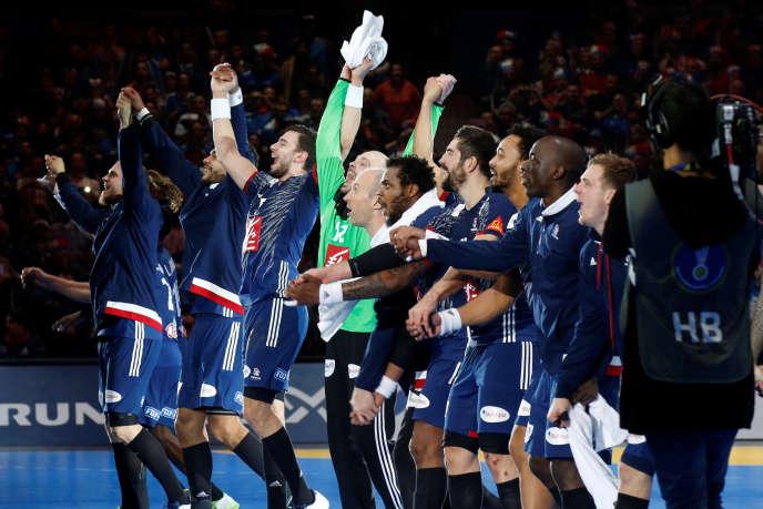 L'équipe de France, qualifiée pour les demi-finales, salue son public à la fin du match contre la Suède, mardi 24 janvier au stade Pierre-Mauroy, Villeneuve d'Ascq (Nord).
