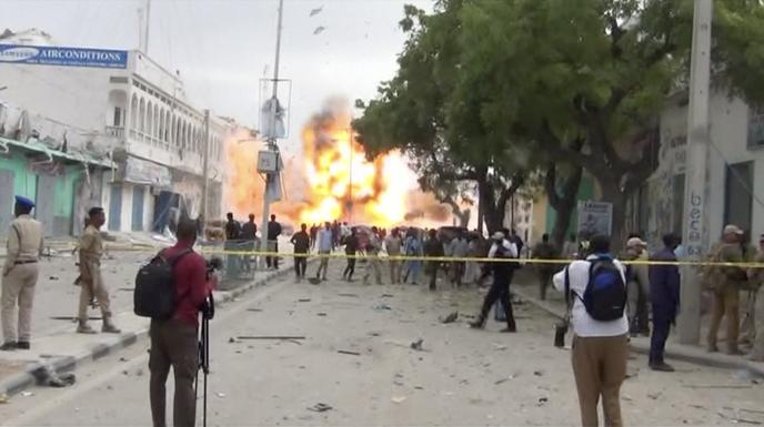 Deux véhicules piégés ont explosé mercredi aux abords d'un hôtel du centre de Mogadiscio, suivie d'une attaque par des militants chabab armés.