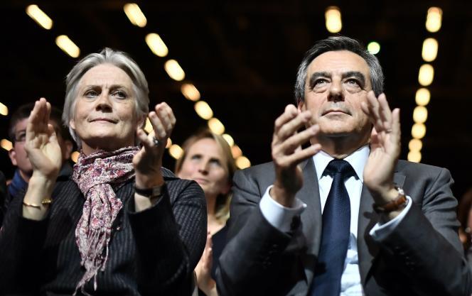 François Fillon et son épouse, Penelope, le 25 novembre 2016 lors d'un meeting de campagne à Paris.