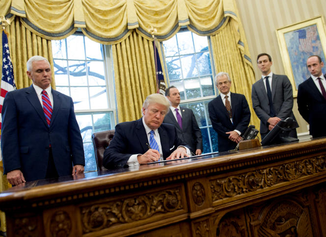 Donald Trump signant le décretinterdisant le financement d'ONG internationales soutenant l'avortement, le 23 janvier 2017.