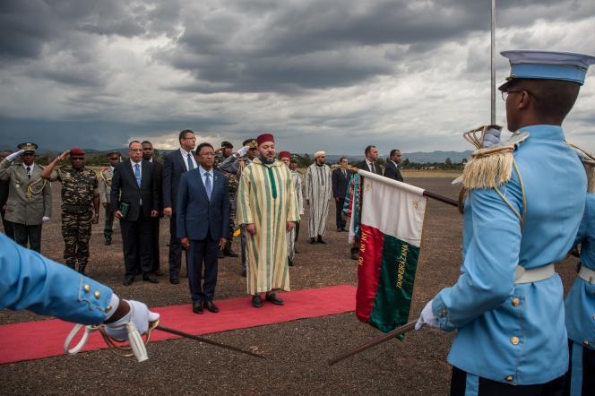 Le 23 novembre 2016, Mohammed VI est accueilli par le président malgache, Hery Rajaonarimampianina, à Antsirabé, dans le centre de l'île de Madagascar.