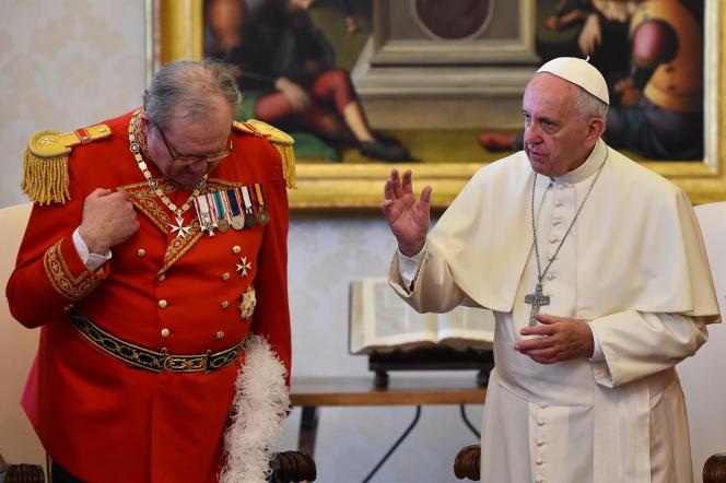 Le pape François, aux côtés de Matthew Festing, grand-maître de l'Ordre de Malte, le 23 juin 2016 au Vatican.