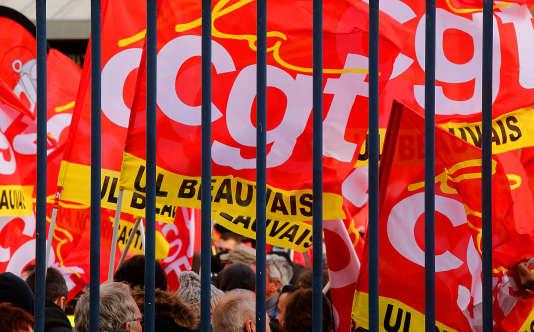 Des militants de la CGT manifestent devant truibunal d'Amiens, le 11 janvier, pour demander l'acquittement d'anciens salariées de Goodyear.
