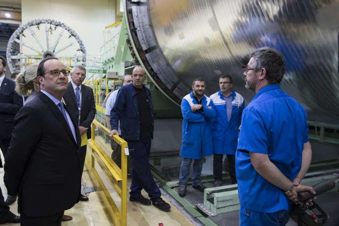 François Hollande visite un site d'Airbus Safran Launchers aux Mureaux, le 14 novembre 2016.
