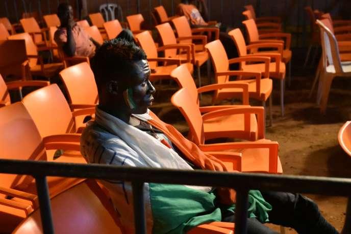 Un supporteur ivoirien regarde à Abidjan le match de son équipe contre le Maroc, le 24 janvier 2017.