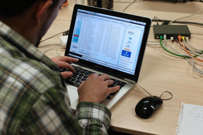 Un étudiant en ingénierie lors de la première édition du Steria Hacking Challenge, un concours de hacking éthique,à Meudon (Hauts-de-Seine), en mars 2013.