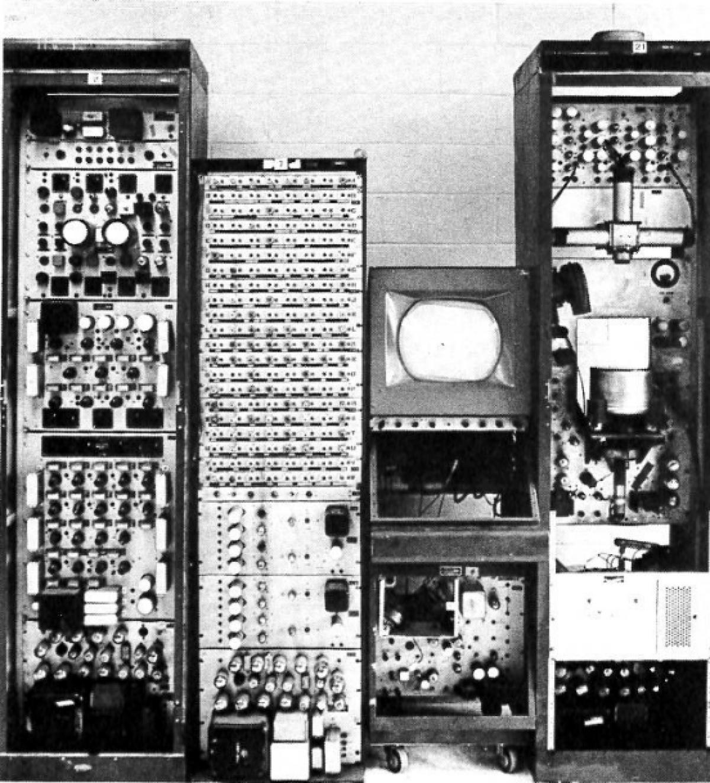 Exemple de machines DuMont Laboratories et Fairchild Camera sur lesquels Thomas Goldsmith a travaillé.