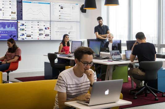 Community managers, gestionnaires de communautés d'internautes, animateurs : l'équipe de la «social room» de la SNCFrépond sept jours sur sept àquelque 48000 Tweets et 11000messages et commentaires Facebook mensuels.