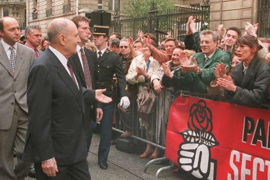 Le président François Mitterrand, en 1995, rue de Solférino, à Paris.